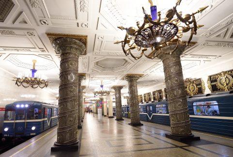 Dotknięcie kolumn na stacji metro Avtovo