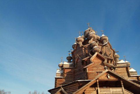 Modlitwa w Cerkwi Pokrowskiej w Newskim Lesoparku